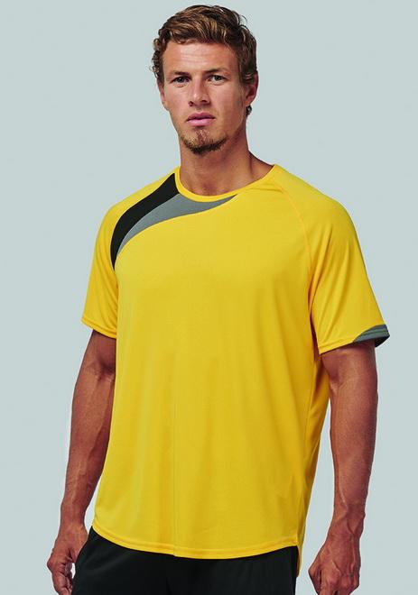 Camiseta deportiva amarilla con detalle negro y gris del cuello a la axila derecha